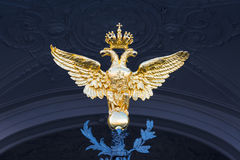 金黄二重带头的老鹰在偏僻寺院的门登上了 免版税库存图片