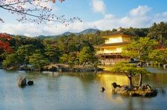 金黄亭子在池塘, Kinkaku籍寺庙,京都,日本上发光 图库摄影