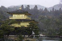 金黄亭子在雪风暴期间的京都日本 库存照片