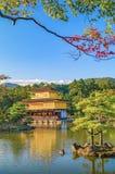 金黄亭子寺庙在京都,有红色和黄色的日本在秋天离开 库存图片