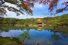金黄亭子或Kinkakuji寺庙秋天,京都 库存图片