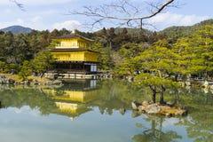 金黄亭子的京都,日本Kinkaku籍寺庙正式地说出Rokuon籍名字 鹿庭院寺庙是禅宗 免版税库存图片