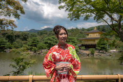 金黄亭子的女孩-京都,日本 库存照片