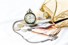 金黄传动器、金钱和怀表、时间和财政conce 免版税库存图片