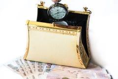 金黄传动器、金钱和怀表、时间和财政concep 免版税库存图片