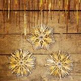 金黄光亮的闪亮金属片和秸杆星 库存照片