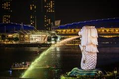 金黄光在新加坡小游艇船坞海湾Merlion公园的早晨 免版税图库摄影