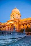 金黄光的布达城堡在晚上布达佩斯 免版税图库摄影