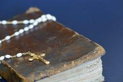 金黄十字架和古老圣经 库存图片
