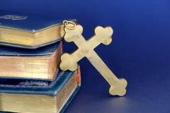 金黄十字架和古老圣经 免版税库存图片