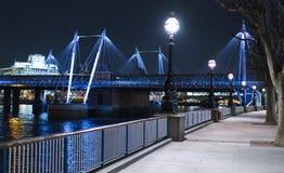 金黄周年纪念桥梁伦敦在有启发性的夜五颜六色之前 免版税图库摄影