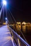 金黄周年纪念桥梁在晚上 免版税库存照片