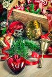 金黄和红色圣诞树装饰葡萄酒中看不中用的物品 库存照片
