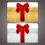 与红色弓(丝带)的金黄和银色礼物卡片 免版税库存图片