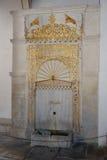 金黄喷泉 金黄喷泉Mag牙由大理石制成和位于在入口附近的一个喷泉庭院 免版税库存图片