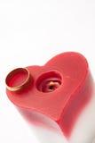 金黄圆环和蜡烛在心脏塑造 免版税库存图片