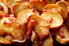 金黄土豆和烟肉背景纹理  库存图片