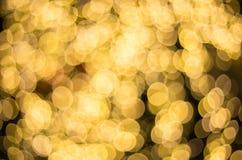 金黄圣诞灯在晚上,金黄bokeh背景 免版税库存照片