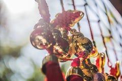 金黄圣诞节丝带和球 库存图片