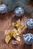 金黄圣诞节弓和镜子迪斯科球与pinetree branc 库存图片