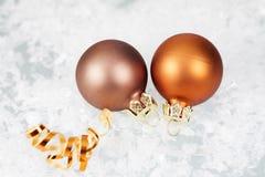 金黄圣诞节球和星在冰冷的背景 免版税库存照片
