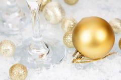 金黄圣诞节球和星在冰冷的背景 免版税库存图片