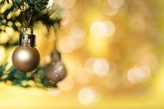 金黄圣诞节球装饰品在杉树装饰 库存图片