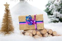 金黄圣诞节礼物 免版税库存照片