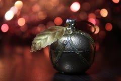 金黄圣诞节苹果计算机装饰 免版税图库摄影