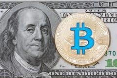 金黄在一百美元的cryptocurrency蓝色bitcoin 免版税库存图片