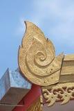 金黄在红色屋顶的lai泰国样式中心焦点buidling在讽刺文公开地点wat sareesriboonkam寺庙  库存照片