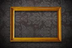 金黄在花卉墙纸的葡萄酒空的框架 免版税库存图片