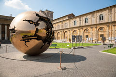 金黄地球(在球形内的球形) 免版税库存图片