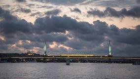 金黄垫铁全景在伊斯坦布尔有Halic在日落的地铁桥梁看法,被阐明在晚上,土耳其, Istambul 图库摄影