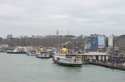 金黄垫铁海湾的江边在1月在一多云天 伊斯坦布尔 免版税库存照片