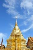 金黄塔在泰国包含在Wat Phrathat土井素贴古庙的菩萨灰 免版税库存照片