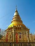金黄塔Wat Phra那hariphunchai (著名公开寺庙) 库存图片