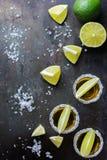 金黄墨西哥龙舌兰酒射击了与绿色石灰和盐 库存照片