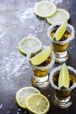 金黄墨西哥龙舌兰酒射击了与绿色石灰和盐 图库摄影