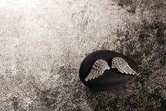 金黄天使在哀悼或居丧的背景飞过 免版税库存图片