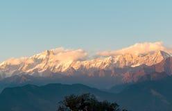 金黄太阳发出光线落在雪Garhwal喜马拉雅山的根戈德里小组cladded凯达尔纳特峰顶在从Deoria Tal的日落期间 图库摄影