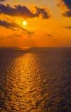 金黄太阳和天空在海湾 免版税库存图片