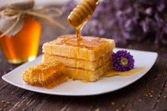 金黄奶蛋烘饼和甜蜂蜜早餐 库存图片