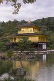 金黄寺庙亭子的反射在湖 图库摄影