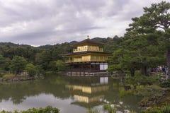 金黄寺庙亭子的反射在水庭院里 库存照片