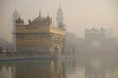金黄寺庙在黎明 免版税库存照片