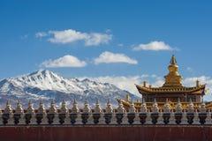 金黄寺庙屋顶和雪山 免版税库存照片
