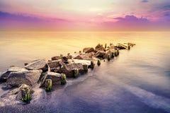 金黄小时,在日落以后的平安的海风景 免版税库存图片
