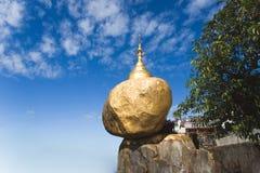 金黄岩石塔 库存照片