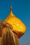 金黄岩石或Kyaiktiyo塔有蓝天背景,缅甸 免版税图库摄影